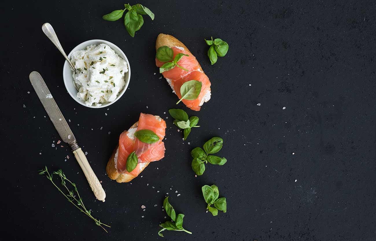 Antipasto con crostini di salmone